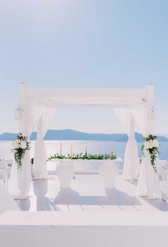 O branco total deixa o ambiente mais clean e combina perfeitamente com o cenário da praia.