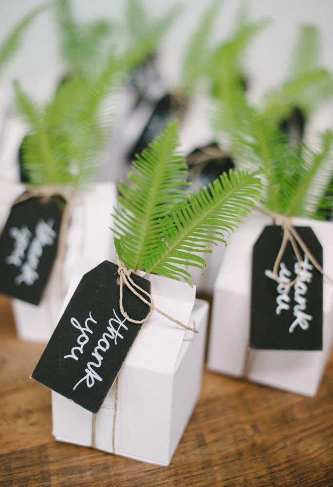 Não é porque o casamento é na praia que a decoração precisa ser sofisticada. Você pode muito bem fazer algo mais simples, mas que faça cada convidado lembrar-se do momento.