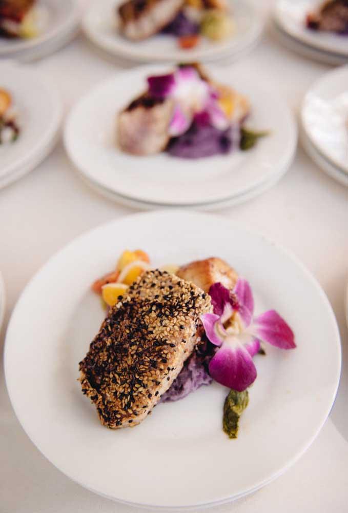 Na hora de servir a comida, capriche na decoração do prato. Lembre-se que a maioria das pessoas come com os olhos.
