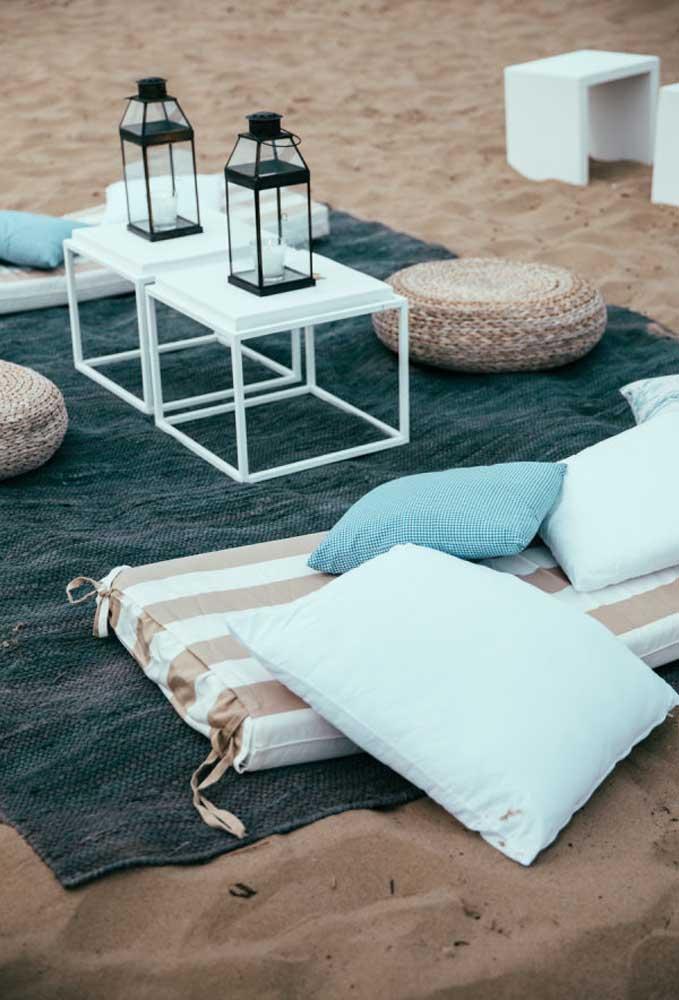 Se você prefere uma decoração mais despojada e informal, coloque algumas toalhas na areia e crie alguns espaços de aconchego para os convidados.