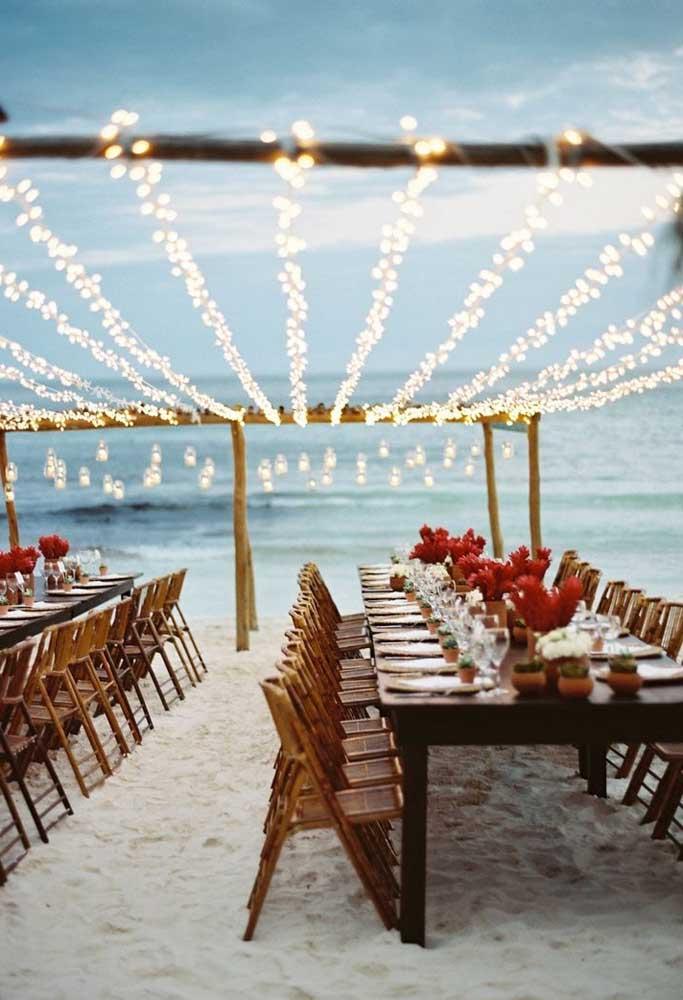 """Encha de luzes o """"teto"""" do local do casamento. O clima fica mais romântico e charmoso."""