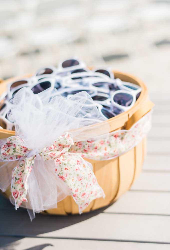 O que acha de distribuir óculos de sol para os convidados? É a melhor forma de ajudá-los a se protegerem do sol.