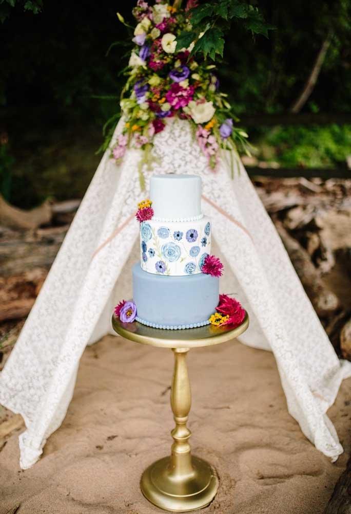 Prepare uma linda tenda para colocar o bolo do casamento. Como o material usado é muito sensível ao calor, ele precisa ficar protegido.