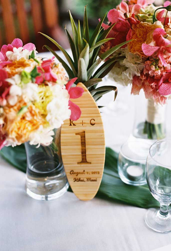Use alguns elementos que estejam relacionados com o tema da festa para identificar as mesas.