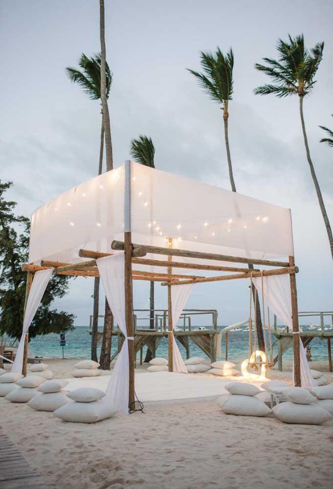 No casamento na praia as tendas, geralmente, são bem rústicas. No entanto, é possível incrementar a decoração para deixar o ambiente altamente sofisticado.