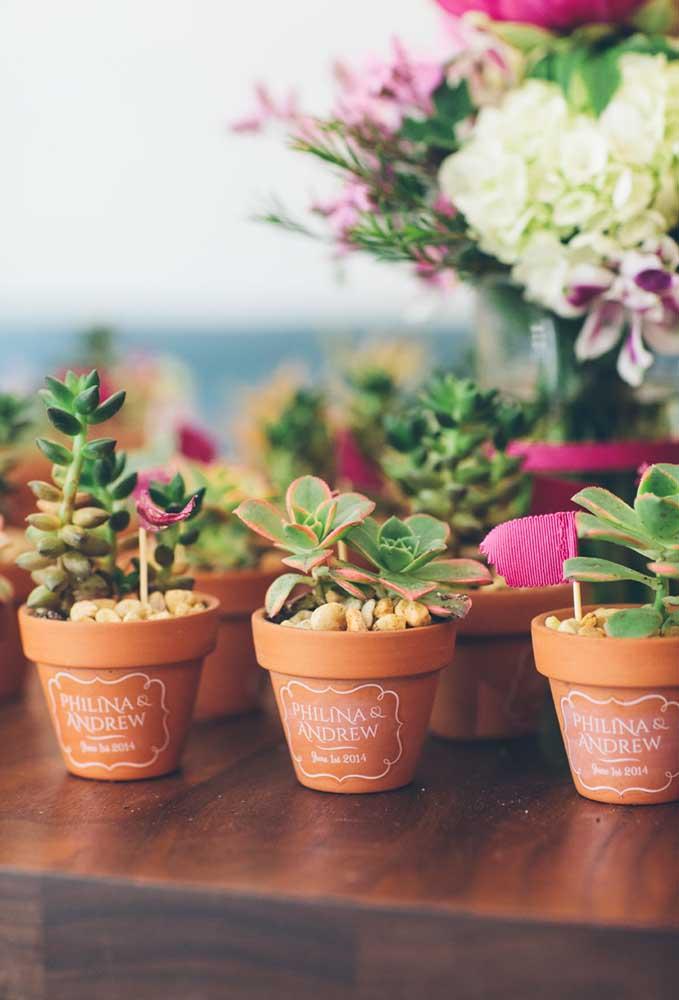 Você já pensou em distribuir como lembrancinhas para os convidados alguns vasos com flores? Basta personalizar cada vaso com os nomes dos noivos. Seus convidados nunca mais vão esquecer esse mimo!