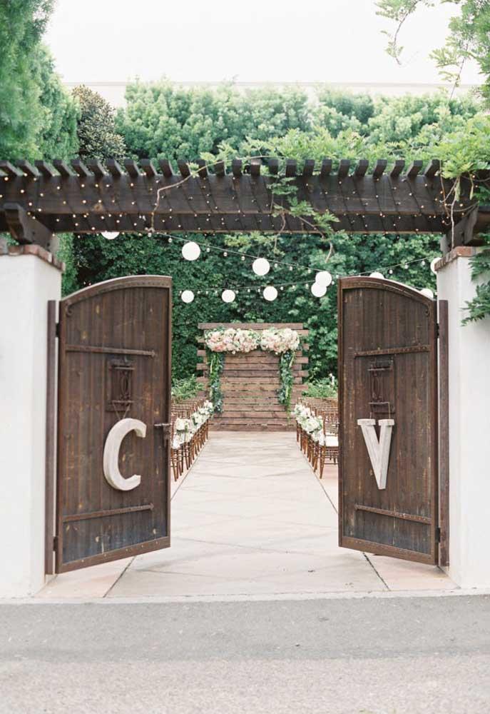 Nesse casamento rústico, o portão de entrada é o grande destaque do evento. O toque especial fica por conta das iniciais dos noivos.