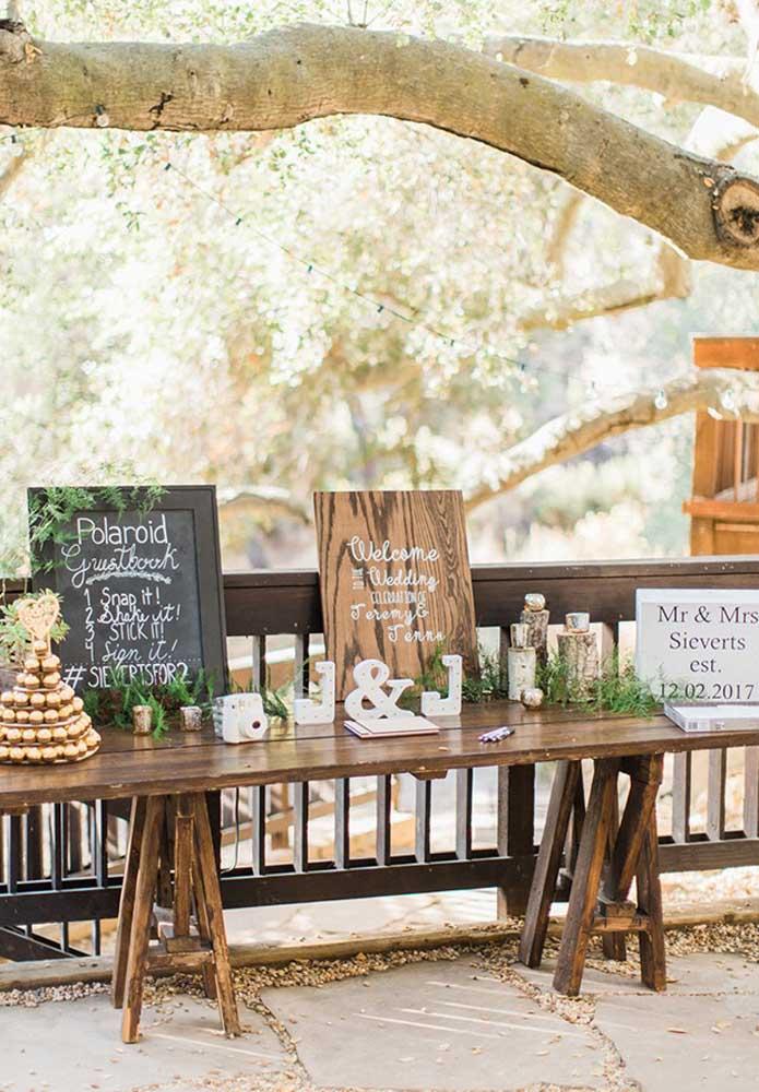 O casamento rústico, geralmente, acontece ao ar livre no estilo campestre. A luz natural ajuda a fazer boas fotos. Por isso, reserve um cantinho para seus convidados produzirem as melhores selfies.