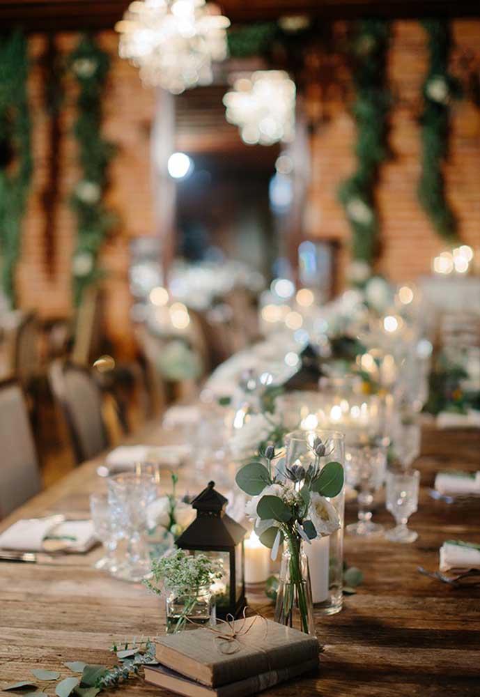 Os principais elementos decorativos de uma casamento rústico são flores do campo e arranjos com folhas.