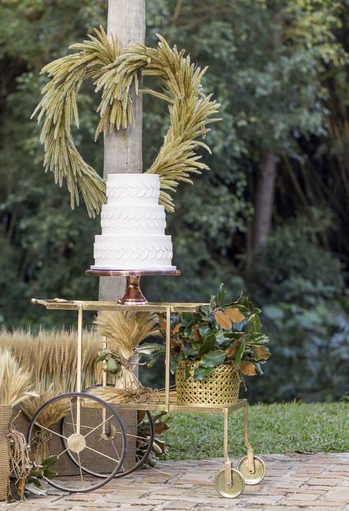 Os carrinhos no modelo antigo são perfeitos para colocar o bolo. Para decorá-lo, faça alguns arranjos florais.