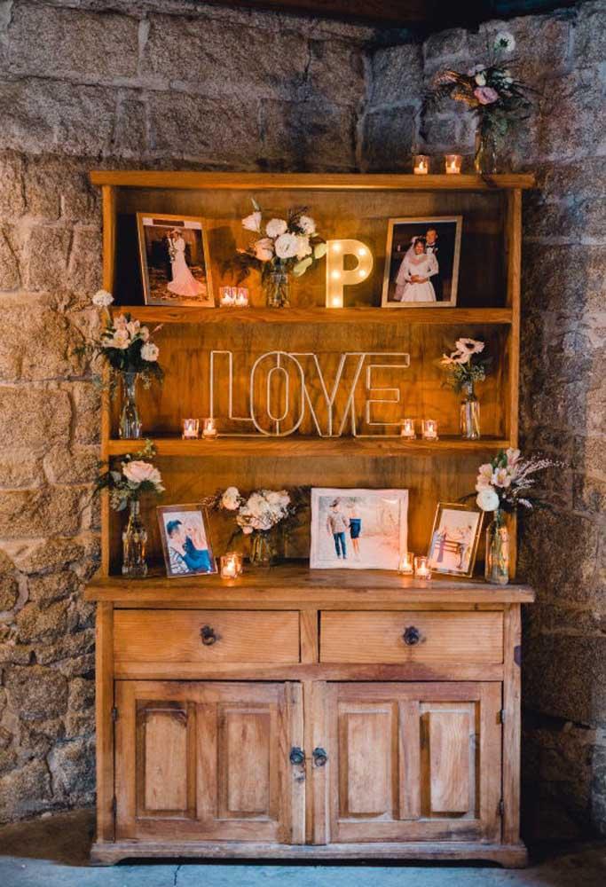 Sabe aquele armário bem antigo da sua avó? Você pode usá-lo como um pequeno santuário para colocar as fotos dos noivos.