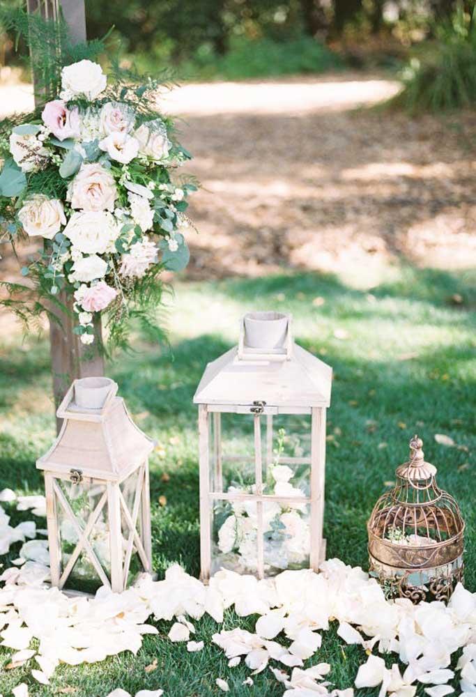 No casamento rústico se usa bastante peças antigas. É o que acontece com os mais variados modelos de candelabros.