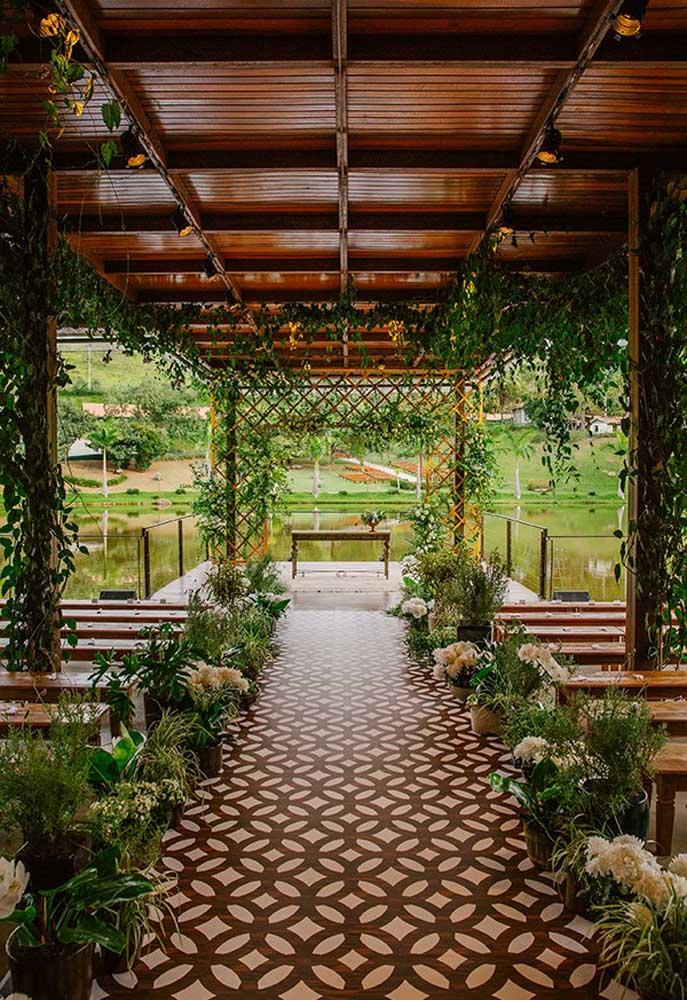 Para mergulhar no estilo rústico total, nada melhor do que fazer a cerimônia de casamento em um local todo feito de madeira. Para decorar, use muitos arranjos de flores.