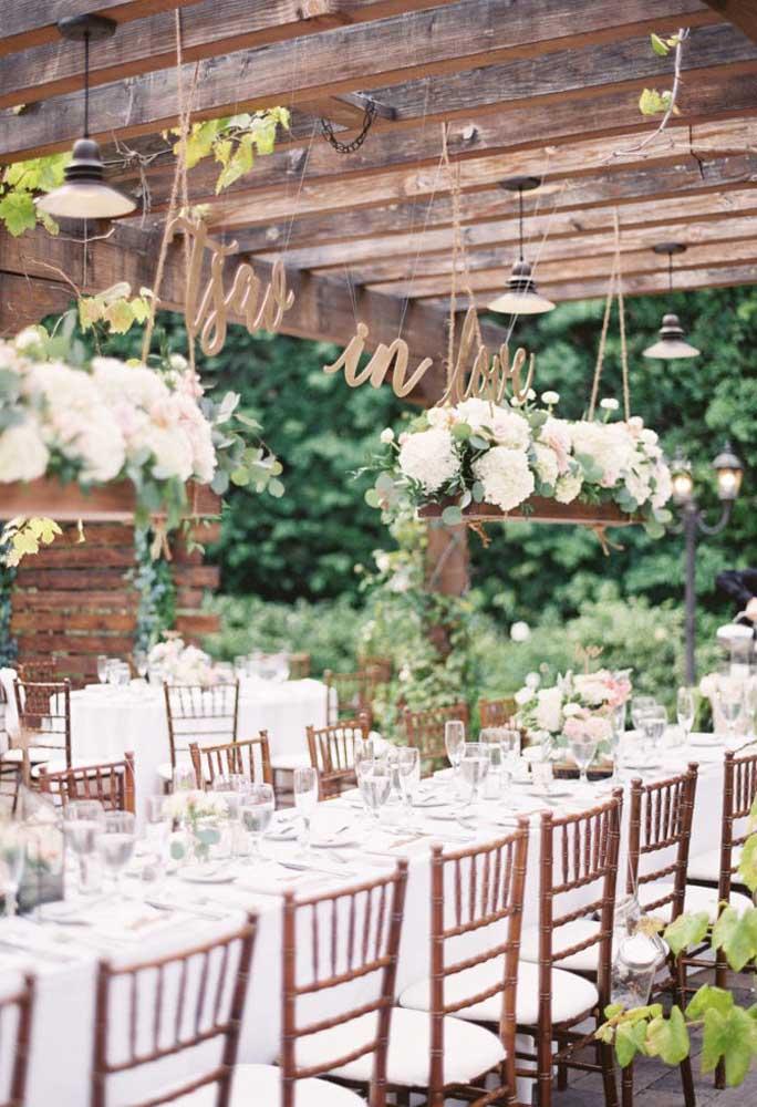 Aqueles arranjos florais que, geralmente, são posicionados no centro da mesa, podem ser colocados de forma suspensa em cima da mesa.