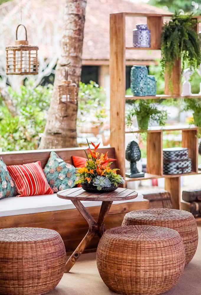 Prepare alguns espaços confortáveis para os convidados relaxarem. Mas lembre-se que a decoração precisa seguir o estilo da festa.