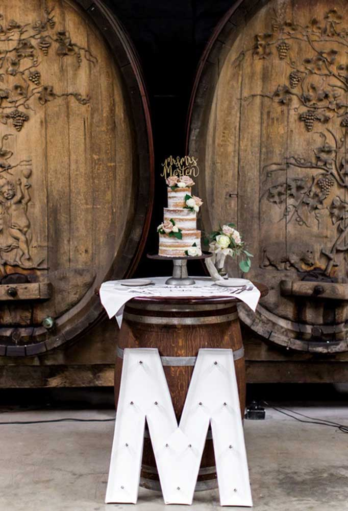 Sabe aqueles tonéis de madeira bem antigos? Você pode usá-lo como apoio para colocar o bolo em cima.