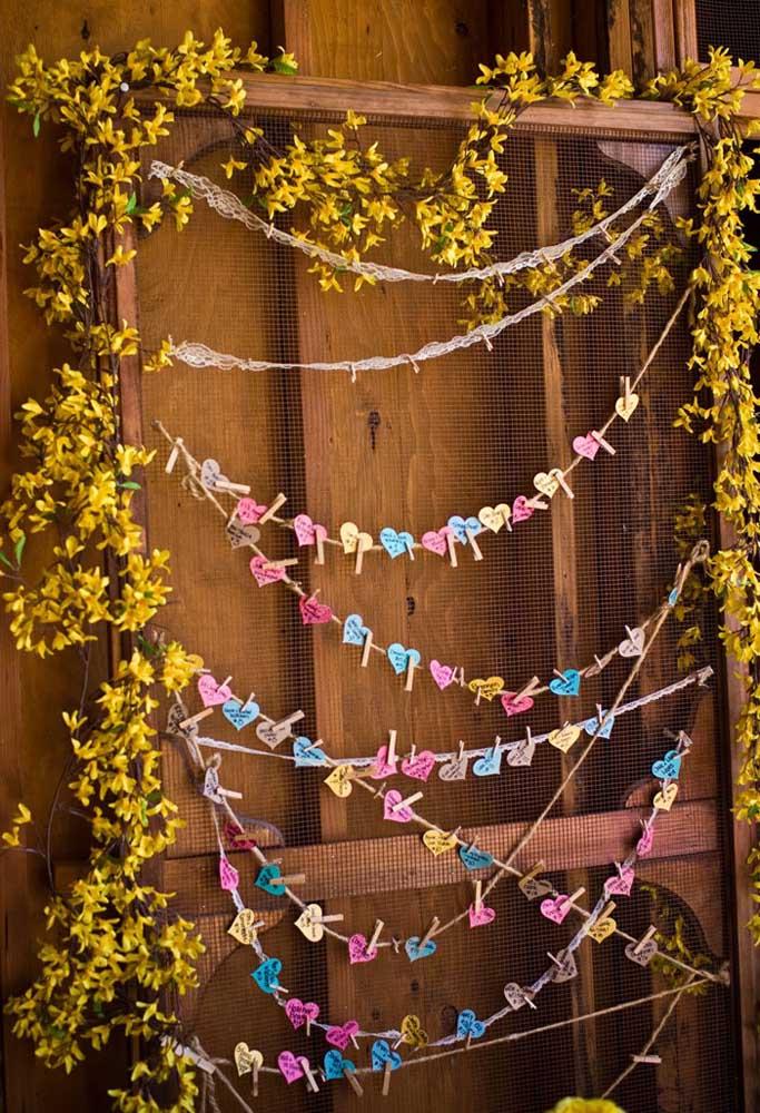 Que tal preparar um painel para os seus convidados deixarem mensagens para os noivos? Para isso, faça um varal com papéis no formato de coração, fixados com prendedor de roupa.