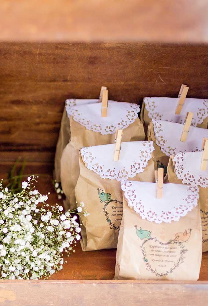 Para colocar as lembrancinhas dos convidados, você pode fazer sacos personalizados feitos de papel.