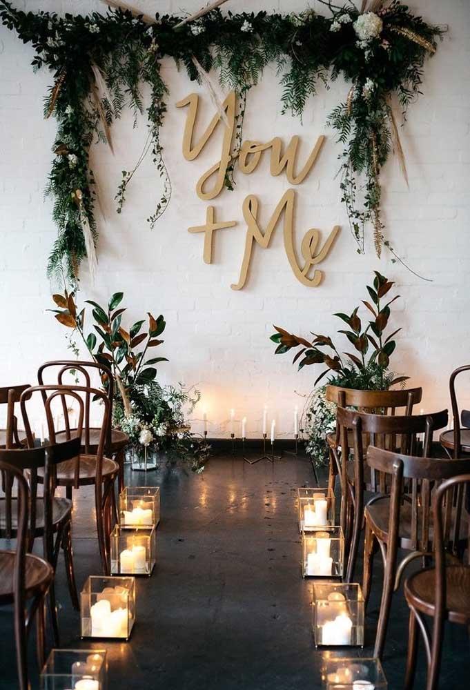 A decoração do casamento rústico é sempre bem romântica, pois conta com belos arranjos e muitas velas.