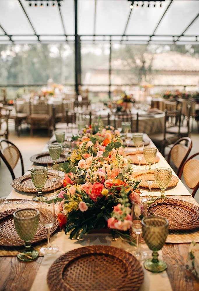 Capriche no arranjo de flores que fica no centro de mesa. Use flores coloridas para proporcionar um clima mais quente e aconchegante.
