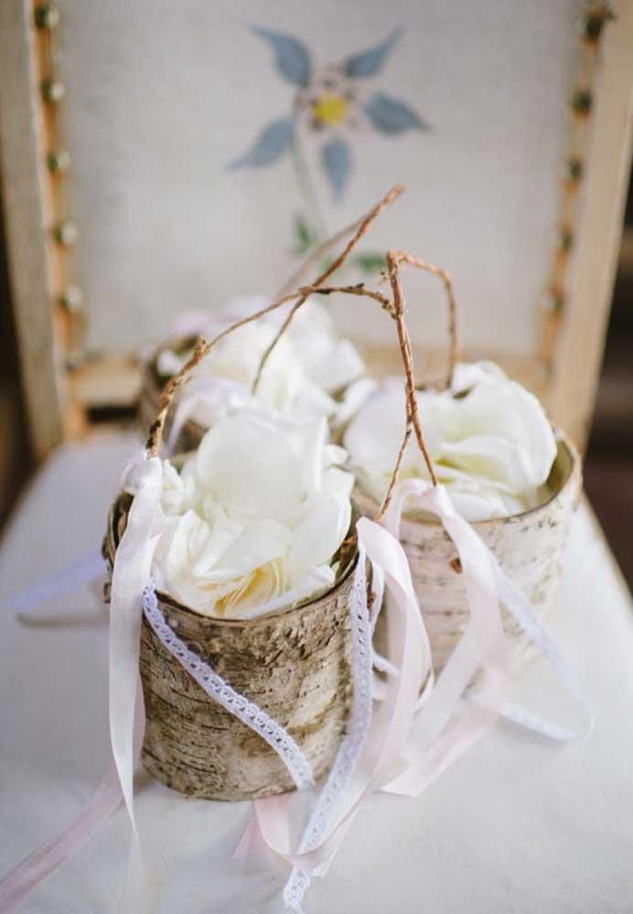 O mais interessante da decoração de um casamento rústico é usar objetos reciclados. Nesse caso, foram usadas latas de leite em pó para fazer peças incríveis.
