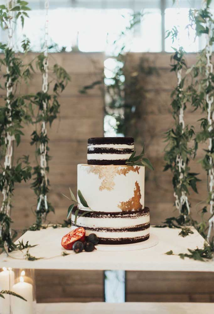 O bolo do casamento rústico deve seguir a mesma tendência do estilo da festa. Geralmente, são mais simples, sem perder a sofisticação e o charme.