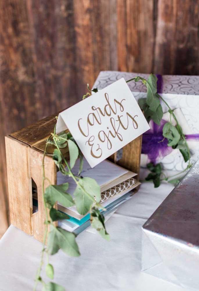 Reserve um espaço para seus convidados deixarem alguns cartões e lembranças para o noivo.