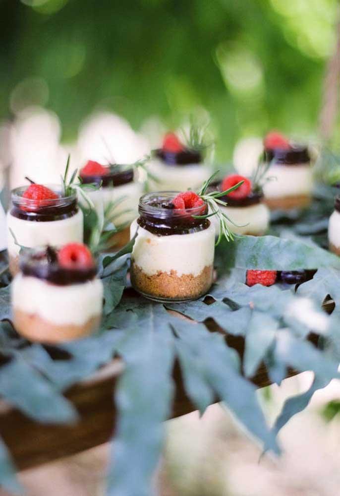 Frutas silvestres são perfeitas para servir como sobremesa no casamento rústico. Decore com folhas e coloque os potinhos em cima de um pedaço de madeira.