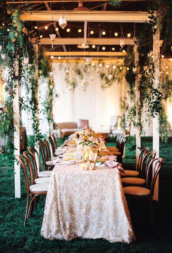 Se não for possível fazer o casamento no estilo rústico em um sítio ou fazenda, transforme qualquer salão no ambiente dos seus sonhos. Para isso, basta usar os elementos corretos.