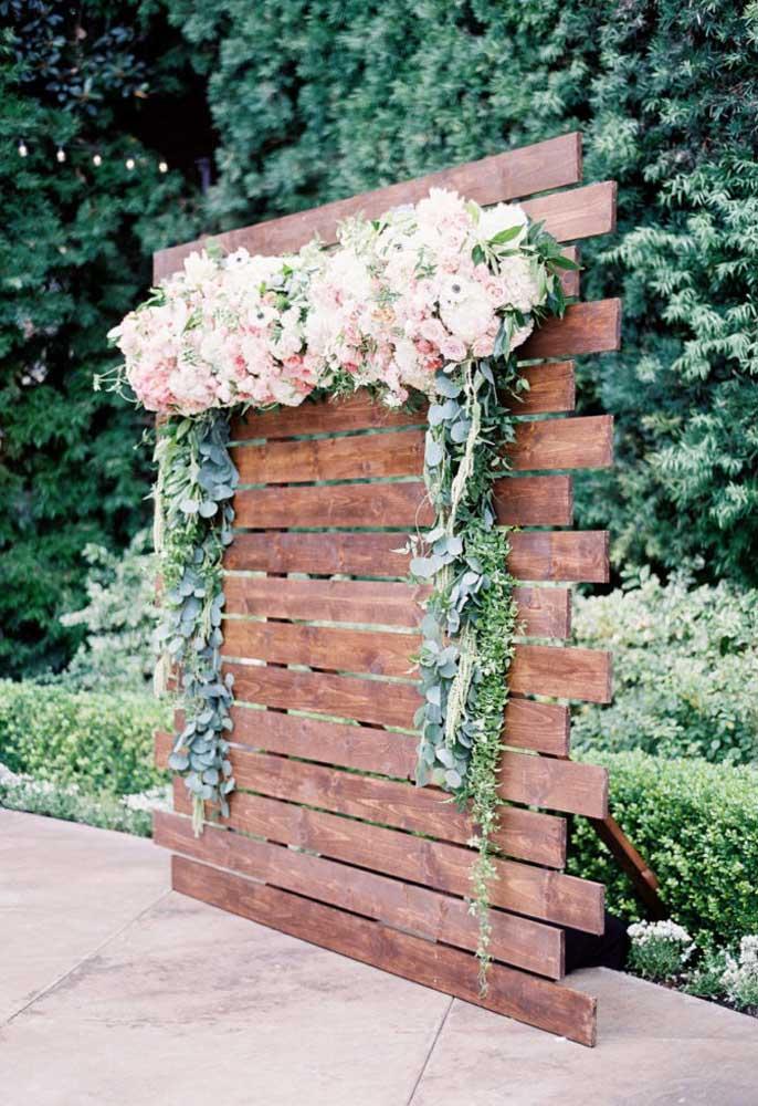 Os painéis podem ser feitos com pedaços de madeira e lindos arranjos de flores.