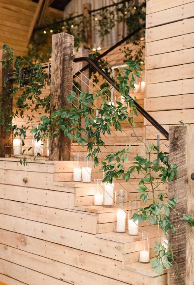 O espaço onde será realizado o casamento precisa ser todo decorado. Uma boa opção é usar muitos galhos de folhas e velas.