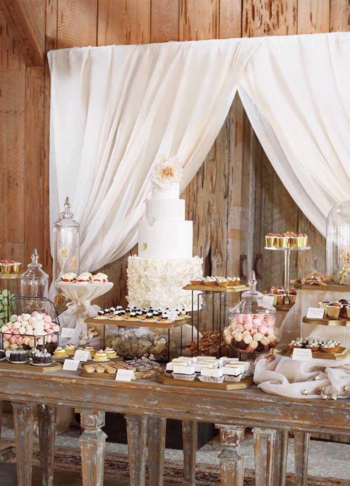 A mesa do bolo pode ser usada para colocar todas as guloseimas da festa, já que o casamento rústico é bem farto.
