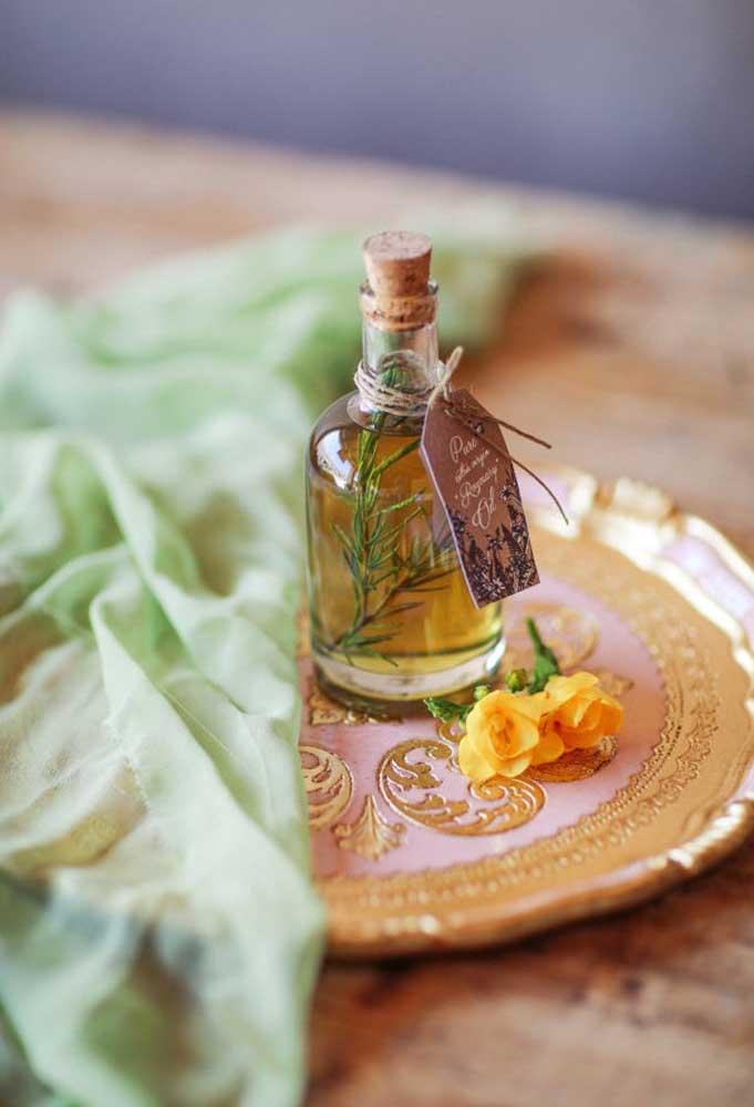 Se a intenção é distribuir óleo ou essências perfumadas para os convidados, coloque dentro de uma embalagem no estilo rústico.
