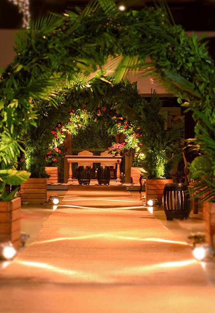 Os arcos com folhas e flores são perfeitos para demarcar o caminho até o altar do casamento rústico.