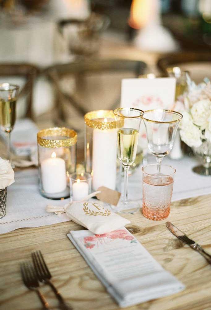 A beleza da mesa de um casamento rústico fica por conta de alguns elementos mais singelos.