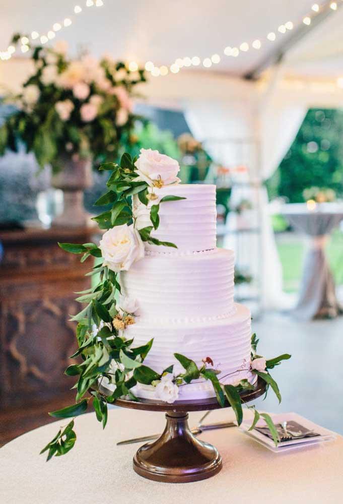 Para ser um bolo de casamento, precisa ter alguns andares. No caso do estilo rústico, o bolo acaba sendo mais simples com apenas alguns enfeites.