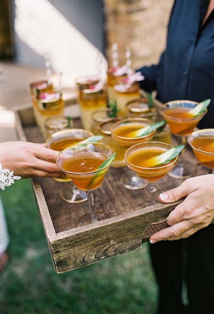 Na hora de servir a bebida, use bandejas rústicas feitas de madeira. É imprescindível que cada detalhe do casamento esteja alinhado com o estilo da festa