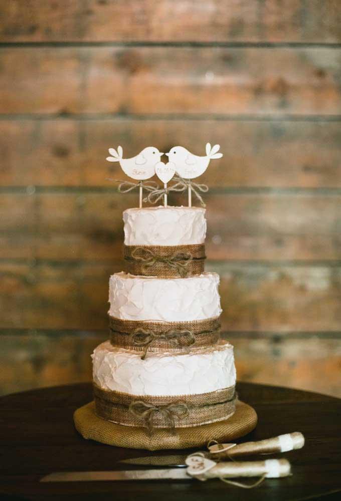 Faça um bolo de casamento bem romântico com alguns detalhes singelos como o casal de passarinhos no topo do bolo.
