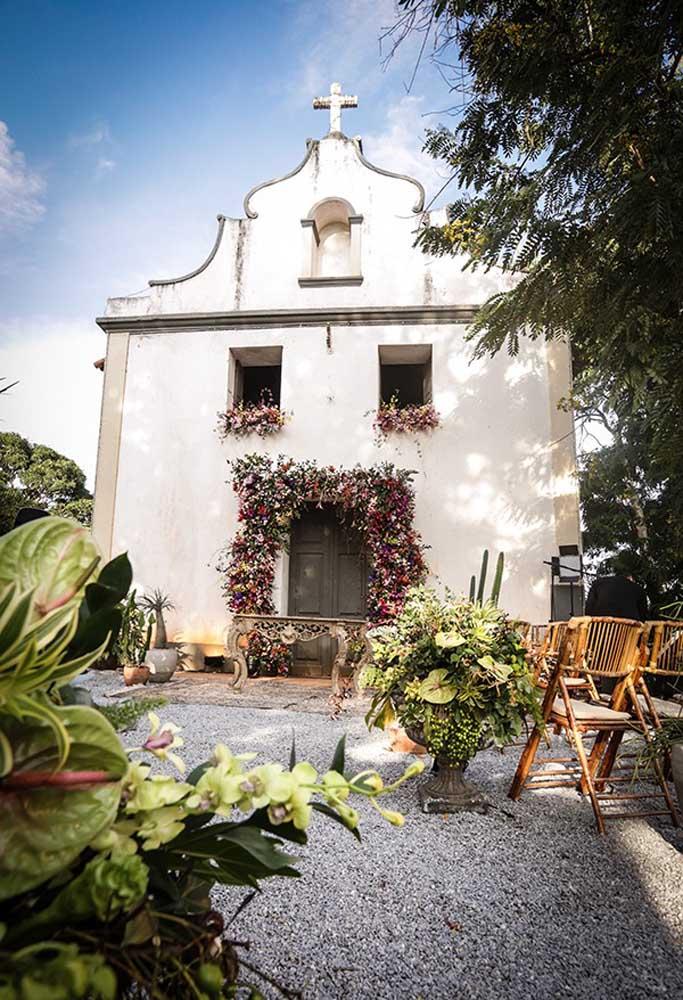 Alguns noivos fazem questão de casar naquela igreja mais antiga da cidade. A ideia ajuda a deixar o clima mais rústico ainda.