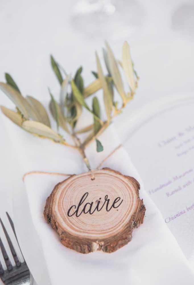 Com lascas de madeira é possível criar lindos elementos decorativos para o casamento rústico.