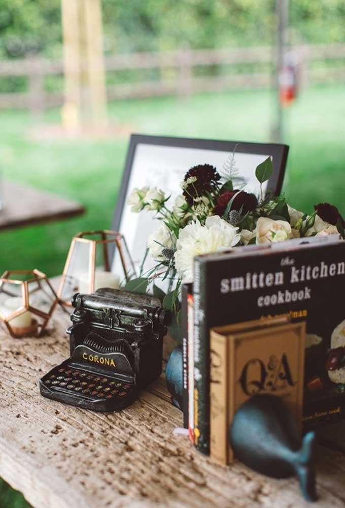 Peças antigas como máquina de escrever, livros e porta-velas são perfeitos para deixar o clima no estilo mais rústico.