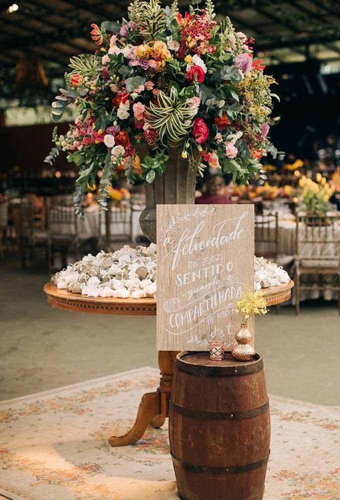 Elementos simples podem destacar a decoração de um casamento rústico, ainda mais se forem usados belos arranjos de flores.