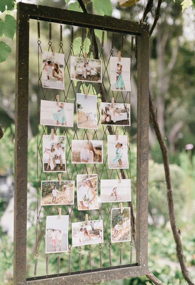 Algumas peças mais inusitadas são perfeitas para fazer uma decoração mais rústica. Use algumas delas para produzir um lindo painel de fotos com os noivos.