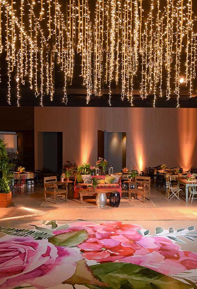 Um casamento rústico em ambiente fechado permite usar alguns elementos mais sofisticados. O resultado é uma festa mais chique e charmosa.