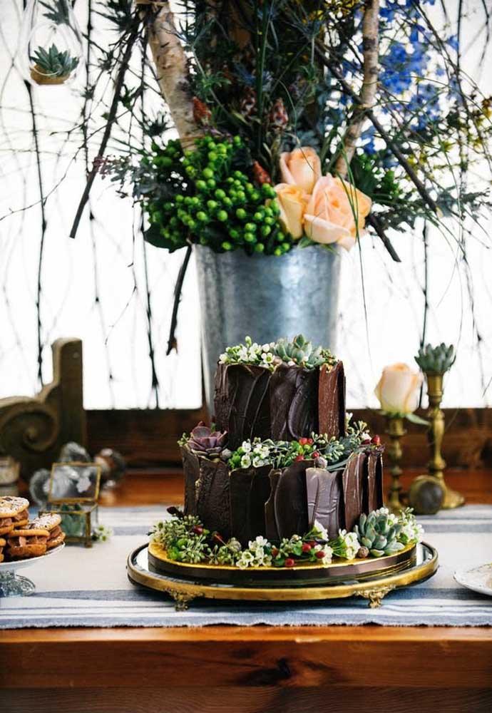 Se a intenção é fugir do tradicional, prepare um bolo de chocolate. A combinação fica perfeita com o estilo mais rústico.