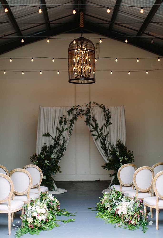 Algumas peças se destacam na decoração do casamento rústico. Nesse caso, a luminária com design mais antigo deixou o ambiente mais charmoso.