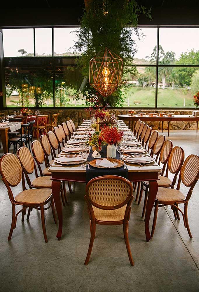 Em um casamento mais rústico, as mesas dos convidados costumam ser bem largas. Além de entrar no clima do estilo da decoração, os convidados têm a possibilidade de interagir entre eles.