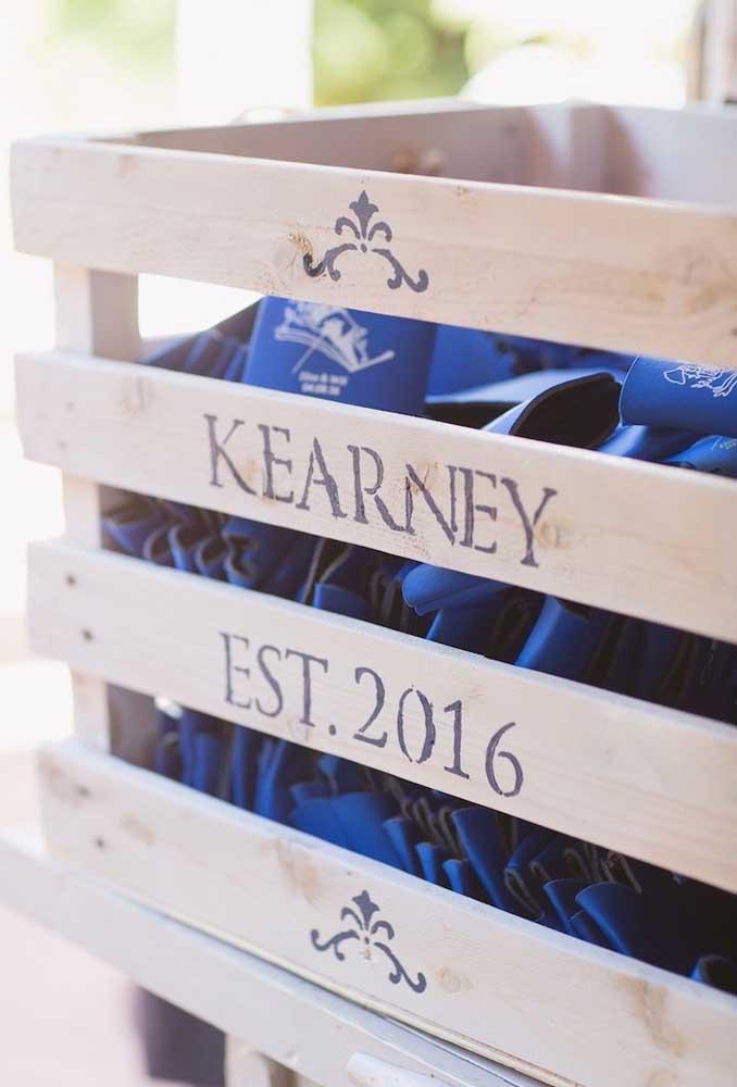 Prepare alguns caixotes de madeira personalizados para colocar todas as lembrancinhas do casamento rústico.