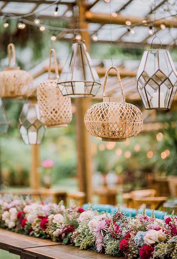 Inove na hora de usar as luminárias. Aposte em peças artesanais que são bem rústicas e candelabros no estilo mais antigo.