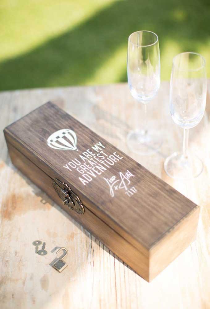 A champanhe do casamento deve ser guardada dentro uma caixa de madeira, trancada a sete chaves.